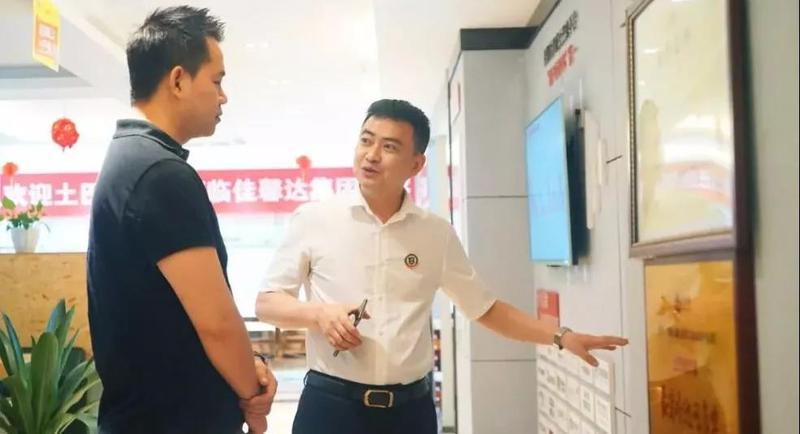 佳馨達董事長柘波先生給土巴兔總裁王國彬介紹企業文化現場1